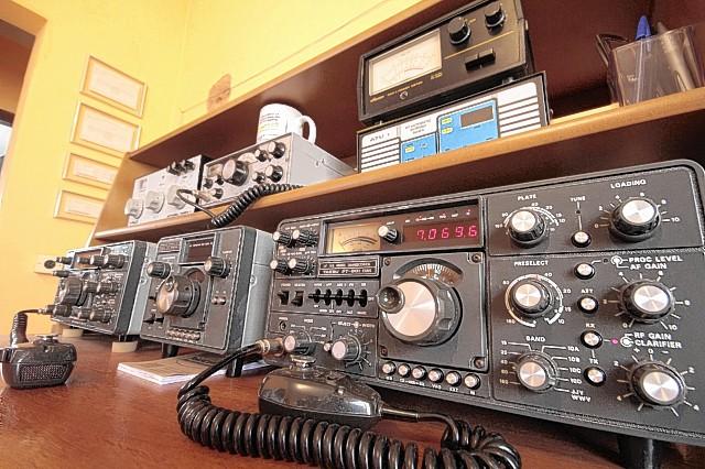 Silvio Mazetto , possui uma estação de rádio amador, e uma Repetidora VHF de Seviços de Radioamador de São Manuel.