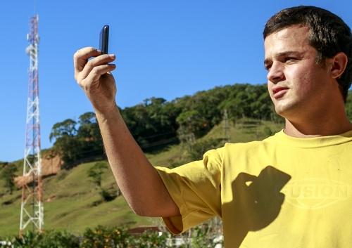 O pedreiro Romário Pitz  comprou mais um chip para  receber ligações em São Pedro de Alcântara.